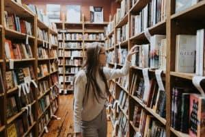 אישה בספריה